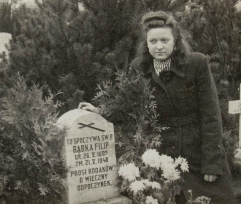 Janina  Bąbka at her father's grave