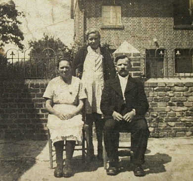 Janina Bąbka with her parents outside the Kampf farm