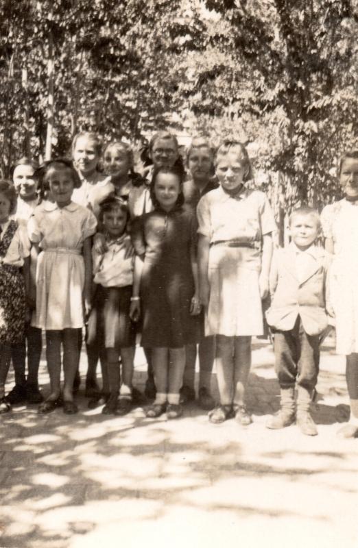 Smaller group of Polish girls and one boy, Klasa IV, Isfahan hostel no. 9