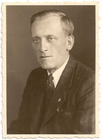 Head  and shoulders studio pic of Josef Zajonz in a dark suit, looking away from the camera.