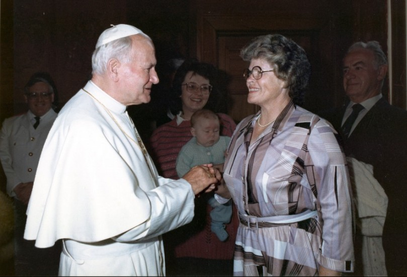 The Pope with two  hands enveloping Wisia's one