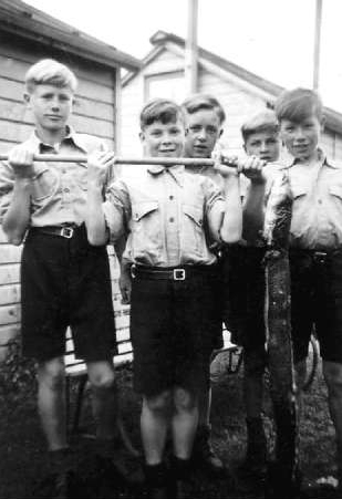 Antoni  Aulich with is friends in Pahiatua in 1947. The middle boy is holding up a stick, with both arms, with an eel almost as long  as he is tall