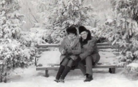 Ela and Bronek sitting  on a snow-covered bench in Szczęśliwicka park.