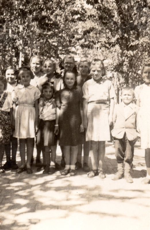 Smaller group of Polish girls and one boy, Klasa IV, Isfahan hostel no. 9