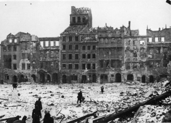 The same section  shown below of Warsaw's Old Town Warsaw in 1944, in ruins