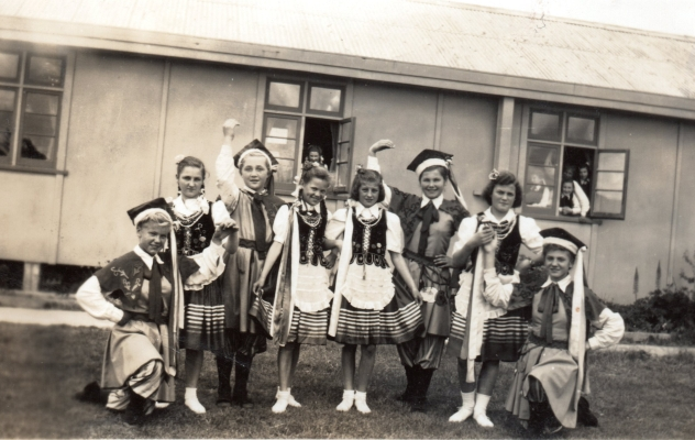 Marysia Dac Jaśkiewicz with other Pahiatua girls in their Krakowski dancing dress