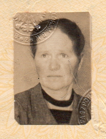 Head and  shoulders passport pic of Zofia Pąk. She is looking away from the camers, her expression sad.