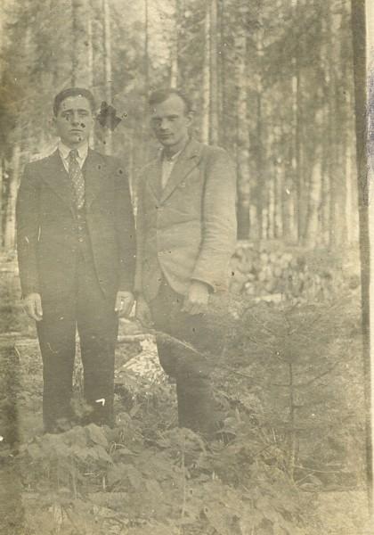 Władysław Piotrkowski with friend among Siberian trees