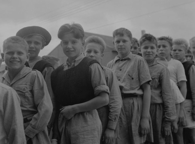 Tadeusz is at the  back of a line of boys, outside, in Pahiatua.
