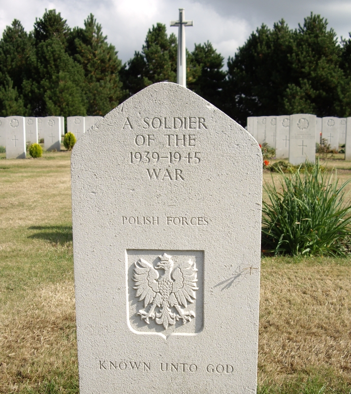 white war headstone with the inscription Known Unto God
